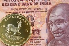 Южно-африканское krugerrand с оранжевым счетом индийской рупии 10 стоковая фотография rf