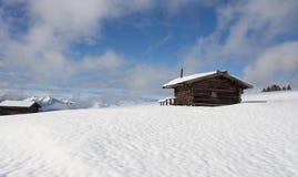Южные горы ландшафт снега tirol и trav зимы кабины древесины Стоковые Фотографии RF