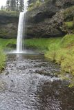Южные падения пропускают с скалы лавы, падений парка штата серебра, Орегона Стоковое Изображение RF