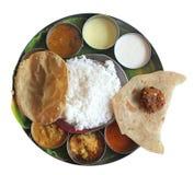 Южный индийский обед плиты на листьях банана на белизне Стоковое Фото