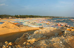 Южный индийский пляж с рыбацкими лодками стоковое изображение rf