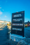 ЮЖНЫЙ ОСТРОВ, НОВАЯ ЗЕЛАНДИЯ 25-ОЕ МАЯ 2017: Деревянный знак входа современной фабрики пива, фабрики пива monteiths, южной Стоковое Фото