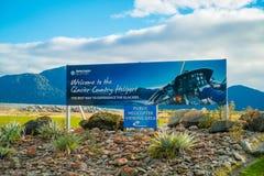ЮЖНЫЙ ОСТРОВ, НОВАЯ ЗЕЛАНДИЯ 23-ЬЕ МАЯ 2017: Информативный знак вертодрома страны ледника расположенного в южном острове в новой Стоковые Фотографии RF