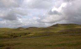 Южный пейзаж Исландии с гористыми местностями и узкой дорогой Стоковая Фотография RF