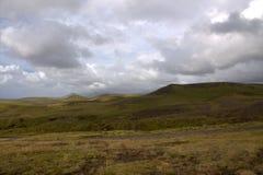 Южный пейзаж Исландии с гористыми местностями и узкой дорогой Стоковые Фотографии RF