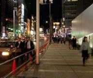 Юлить занятая сцена ночи в токио Японии стоковая фотография rf