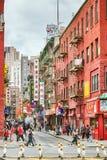 Юлить улица в Манхаттане Чайна-тауне, один из самых старых китайских этнических анклавов стоковые изображения rf