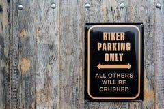 Юмористический знак для автостоянки велосипедиста стоковое фото rf