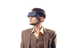 Юмористическое фото современных технологий Молодой парень при телефон прикрепленный к голове используя ленту Устройство виртуальн Стоковая Фотография