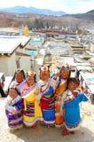 ЮНЬНАНЬ, КИТАЙ - 20-ОЕ МАРТА: Неопознанный китайский тибетский Д-р девушек Стоковое Изображение RF