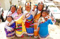 ЮНЬНАНЬ, КИТАЙ - 20-ОЕ МАРТА: Неопознанный китайский тибетский Д-р девушек Стоковые Фотографии RF
