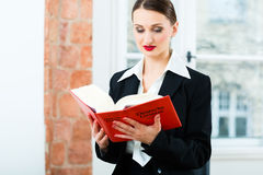 Юрист в книге по праву чтения офиса Стоковое Изображение RF