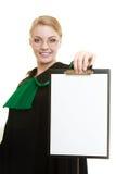 Юрист женщины держа пустую пустую доску сзажимом для бумаги Стоковое Фото