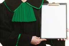 Юрист женщины держа пустую пустую доску сзажимом для бумаги Стоковые Изображения