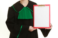 Юрист женщины держа пустую пустую доску сзажимом для бумаги Стоковое Изображение RF