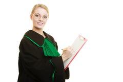 Юрист женщины держа сочинительство доски сзажимом для бумаги Стоковые Фото