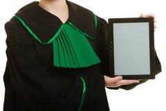 Юрист женщины держит космос экземпляра таблетки пустой Стоковое фото RF