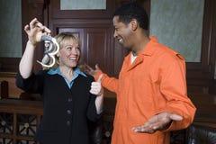 Юрист и клиент празднуя оправдание стоковая фотография