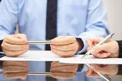 Юрист комментируя контракт поэтому клиент может понять consequ Стоковое фото RF