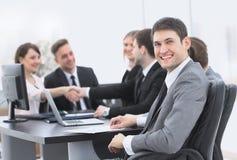 Юрист на предпосылке handshaking деловых партнеров Стоковая Фотография