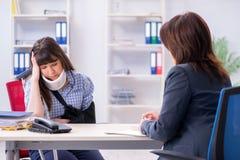 Юрист раненого работника посещая для совета на страховании стоковые изображения rf