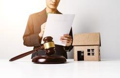 Юрист страхования недвижимости работая крепко стоковые фото