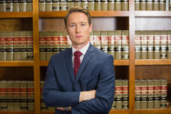 Юрист хмурясь в библиотеке закона стоковая фотография