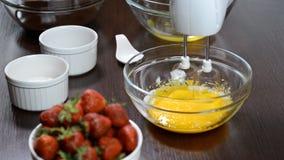 Юркнуть совместно яичные желтки и сахар видеоматериал