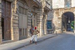 2 люд беседуют на улицах Гаваны Кубы Стоковые Фото
