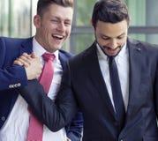 2 люд в костюмах усмехаясь и тряся руки Стоковое Изображение