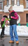 2 люд в смешных костюмах на этапе Торжество Shrovetide в Москве Стоковые Фото