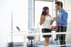 2 люд говоря в офисе Стоковая Фотография
