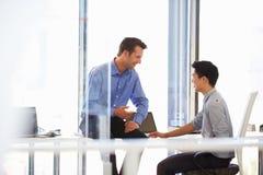 2 люд говоря в современном офисе Стоковые Фото