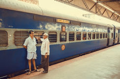 2 люд говоря и говоря до свидания на платформе железнодорожного вокзала Стоковое фото RF