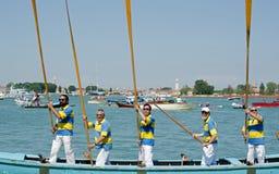 5 людей с веслами на внимании Стоковые Изображения RF