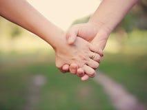 2 люд держа руки внешний. Стоковые Изображения RF
