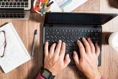 2 люд дела работая на столе офиса Стоковые Изображения RF