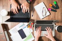 2 люд дела работая на столе офиса Стоковое фото RF