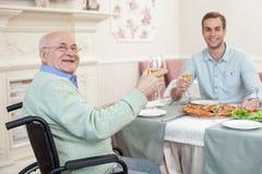 2 люд имеют обедающий семьи в кафе Стоковая Фотография