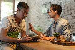 2 люд используя планшет технологии интернета Стоковое Изображение RF