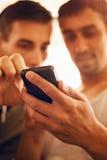2 люд используя умный телефон Стоковые Фото
