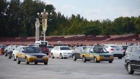 Юлить уличное движение Chang'an, сцена площади Тиананмен Пекина солнечная сток-видео