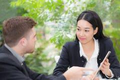 люди бизнесмена и женщины делая встречу и смотря таблетку Стоковая Фотография