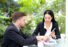 люди бизнесмена и женщины делая встречу и смотря таблетку Стоковое Изображение RF