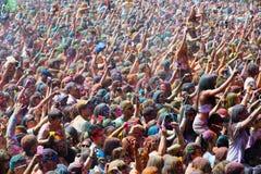 люди во время фестиваля цветов Holi Стоковые Изображения