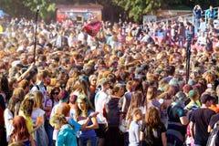 люди во время фестиваля цветов Holi Стоковое Фото