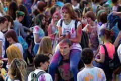 люди во время фестиваля цветов Holi Стоковая Фотография