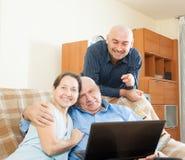2 люд и женщина дома онлайн Стоковые Изображения RF