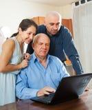 2 люд и женщина дома онлайн Стоковое фото RF