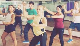 люди и дамы танцуя zumba Стоковое Изображение